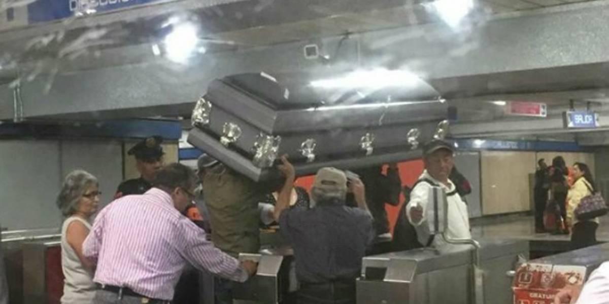 Sem dinheiro para um carro fúnebre, família usa metrô para levar caixão
