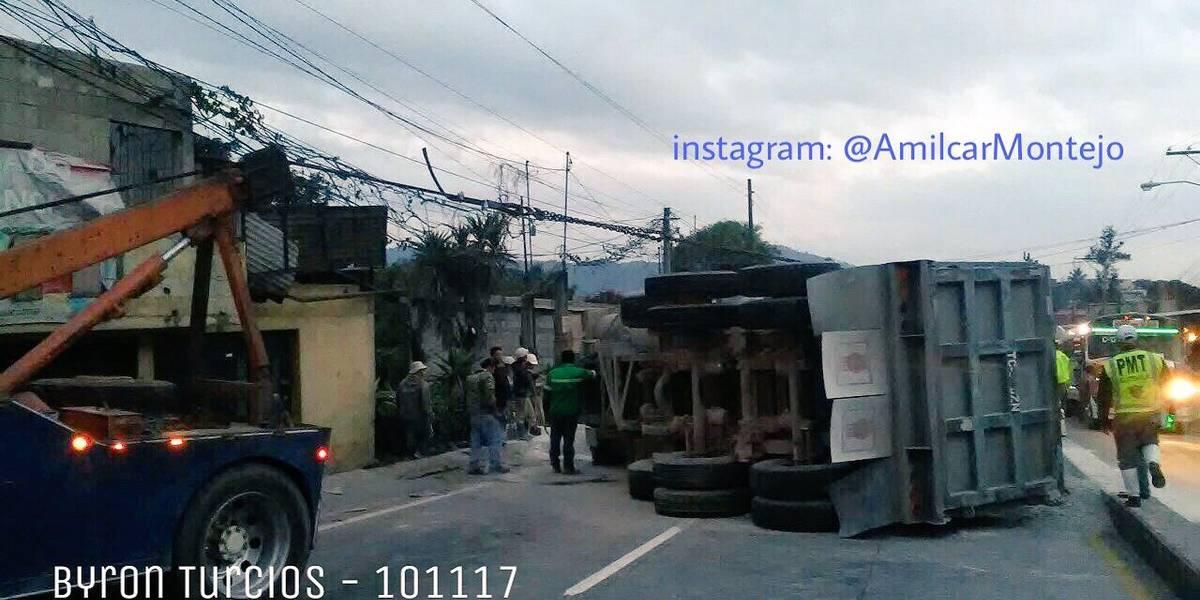 Habilitan carril reversible en ruta al Atlántico tras volcar camión