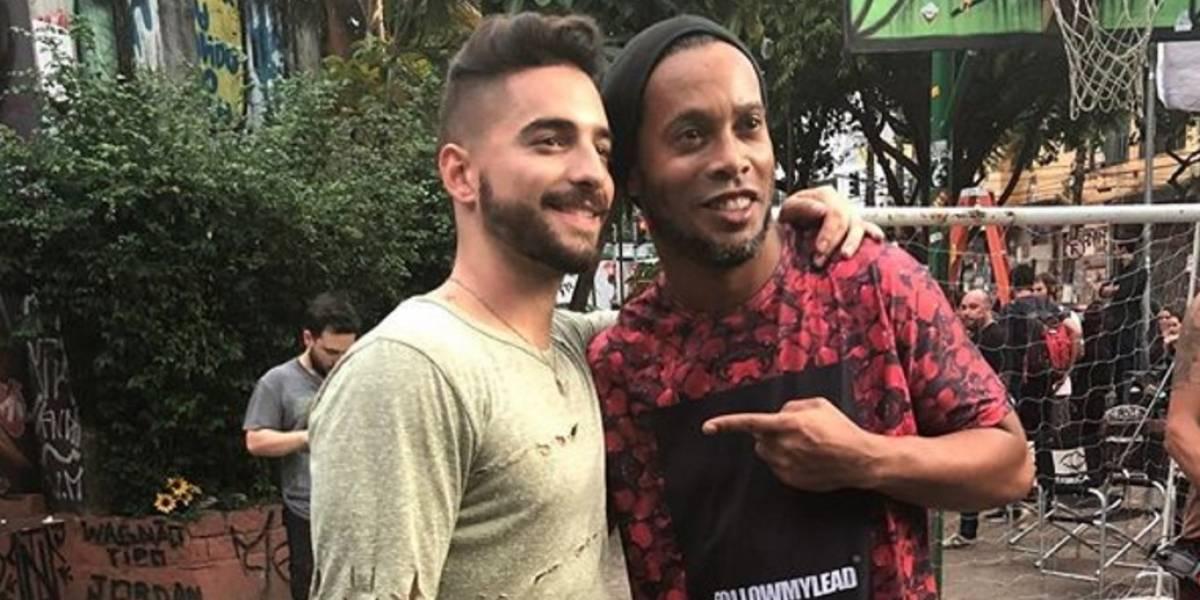 ¡Qué oso! Maluma hizo el ridículo jugando fútbol callejero como Ronaldinho