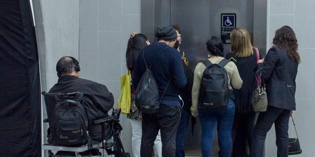 """""""Cuando la falta de criterio supera lo imaginable"""": indignación por conducta de usuarios del Metro con persona en silla de ruedas"""