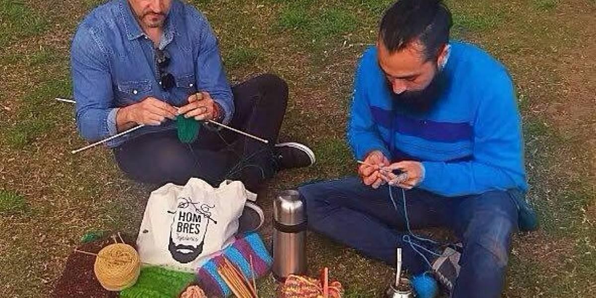 Homens quebram estereótipo de gênero promovendo encontros para tricotar