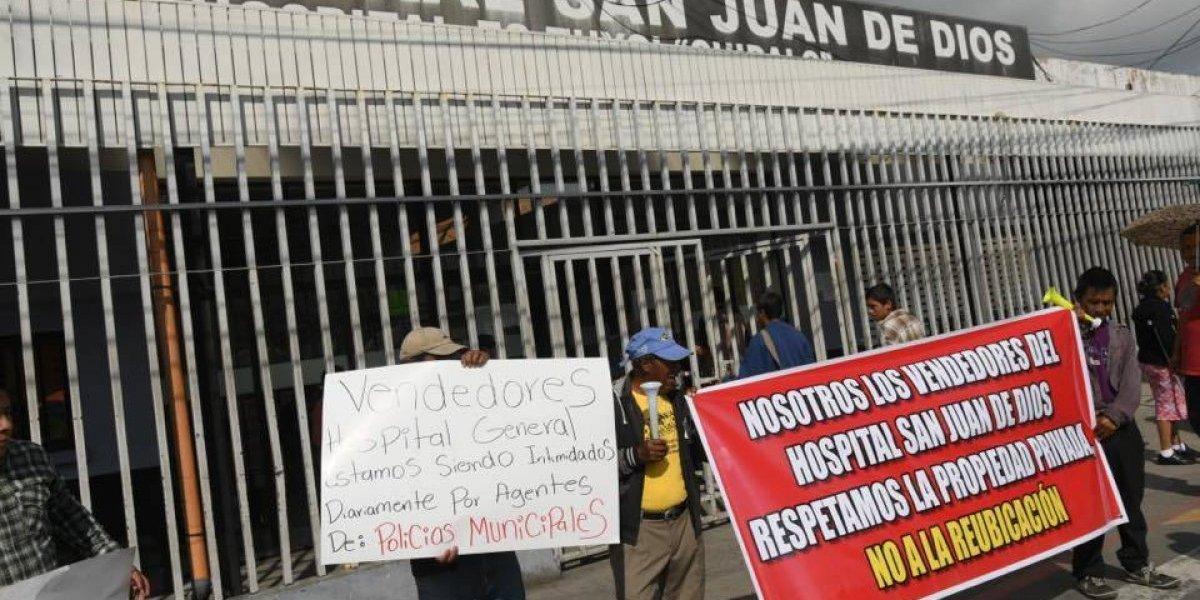 Comerciantes manifiestan frente al hospital San Juan de Dios