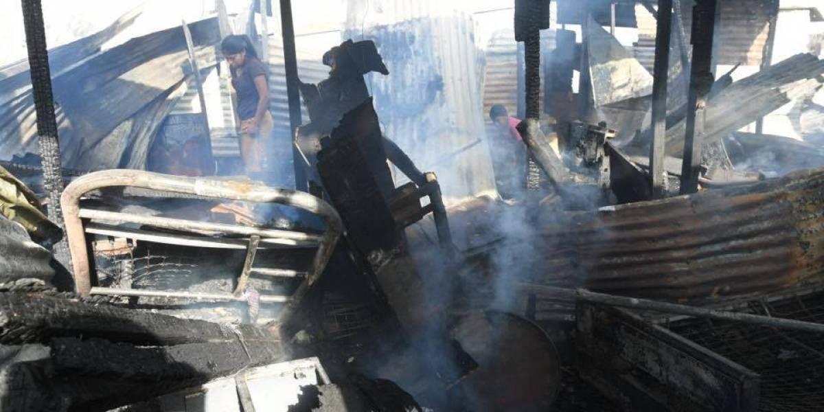 """VIDEO. Vecino revela el """"vandálico"""" motivo del incendio que consumió su casa y mascotas"""