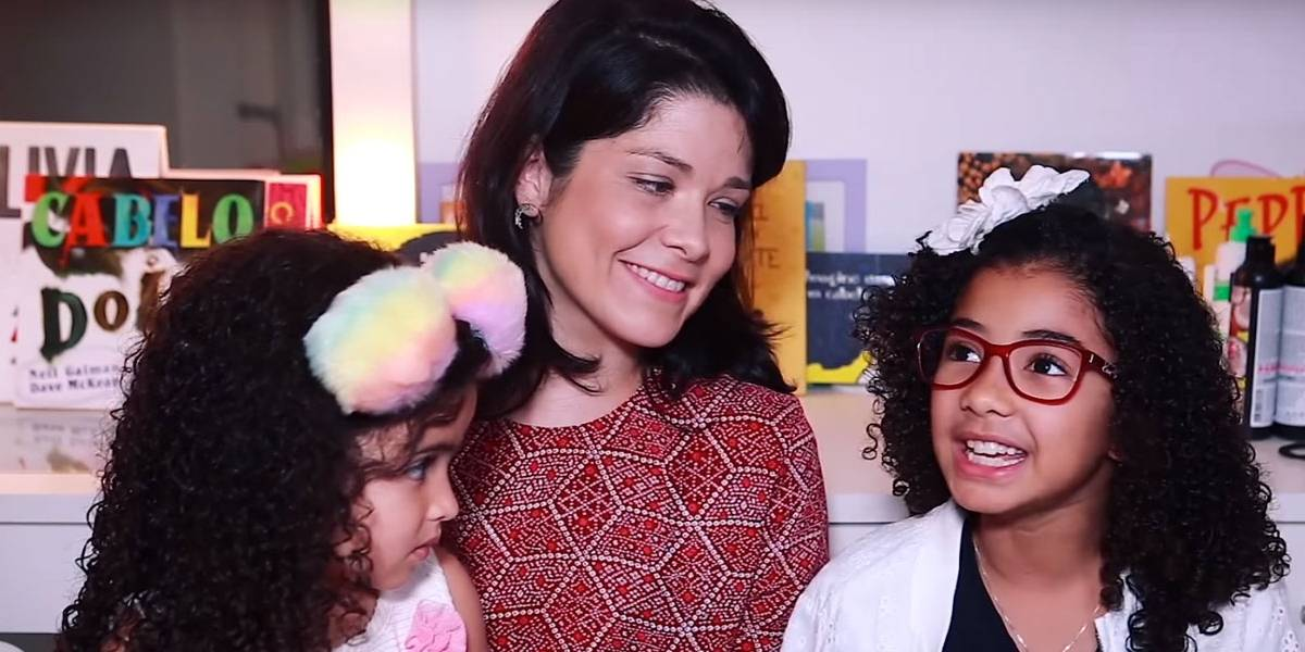 Samara Felippo dá aula de educação inclusiva usando bonecas das filhas