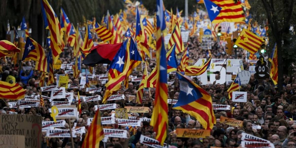 """Independentistas catalanes vuelven a salir a las calles en masa bajo el lema """"libertad presos políticos"""""""