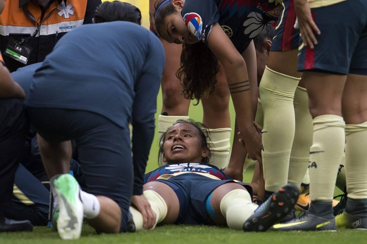 Dayana Cazares tuvo que abandonar la cancha, luego de del fuerte dolor que presentó |MEXSPORT