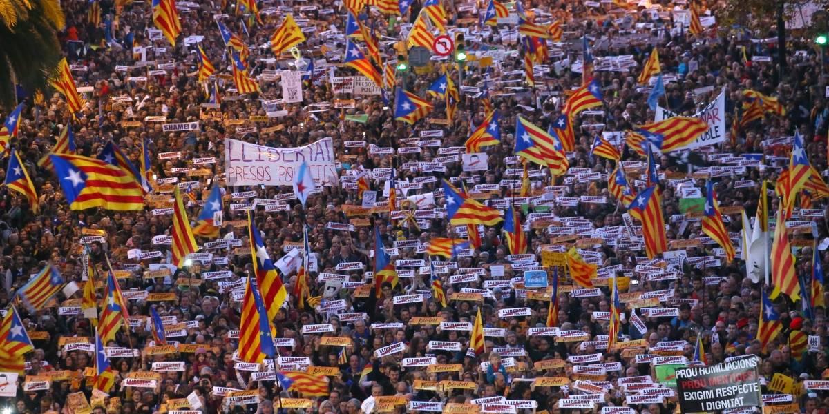 Milhares de pessoas marcham pela liberdade de separatistas da Catalunha
