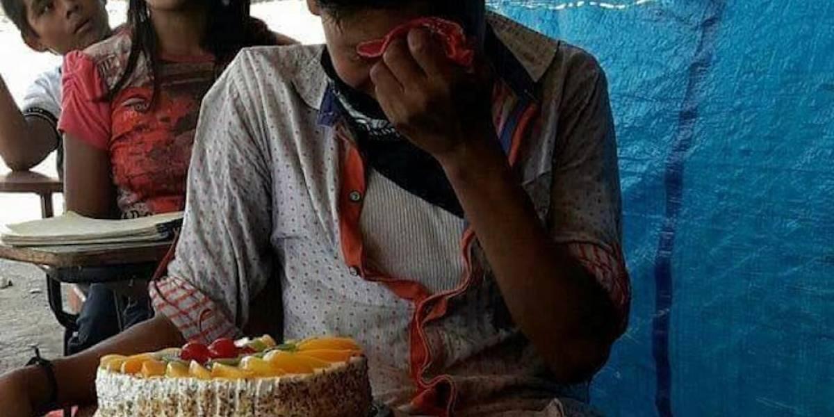 Niño rompe en llanto al recibir por primera vez un pastel de cumpleaños