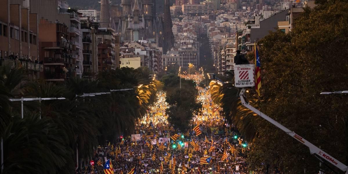 Independentistas en Cataluña marchan por la liberación de sus líderes