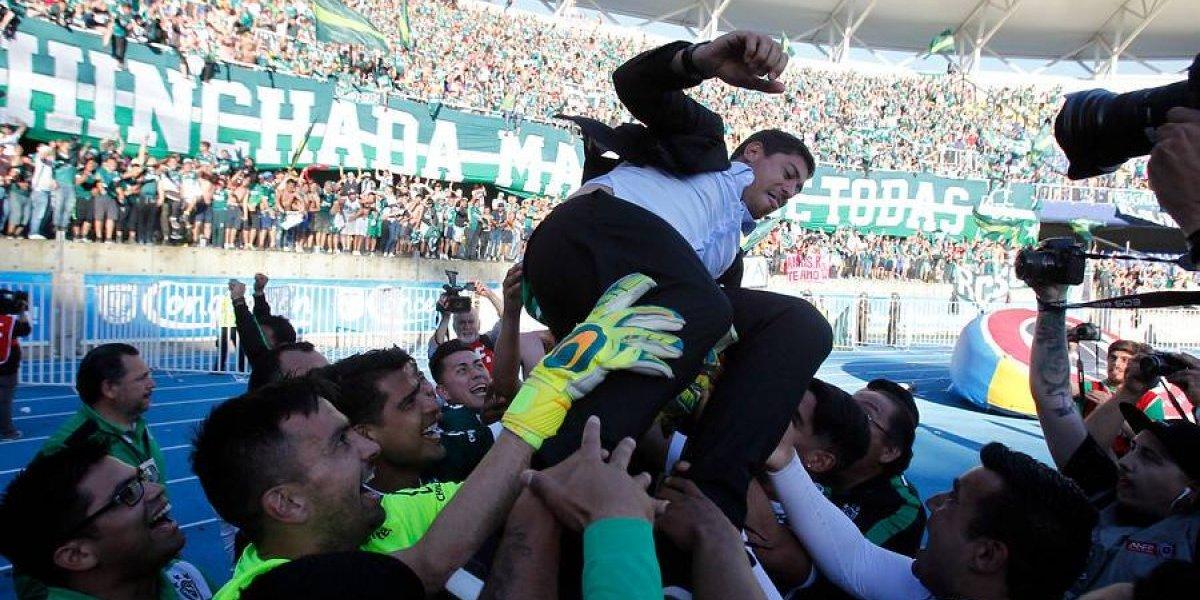 La felicidad de los jugadores de Wanderers dejó a Nicolás Córdova empapado