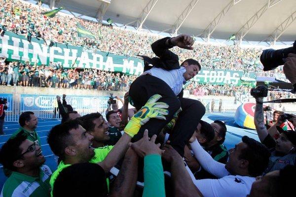 El técnico de Wanderers fue llevado en andas en Concepción / imagen: Photosport