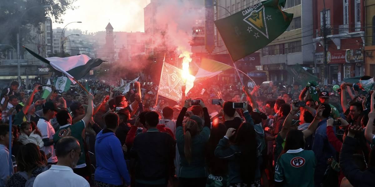 Carnaval toda la vida: La Marea Verde se tomó las calles del puerto tras conquistar la Copa Chile