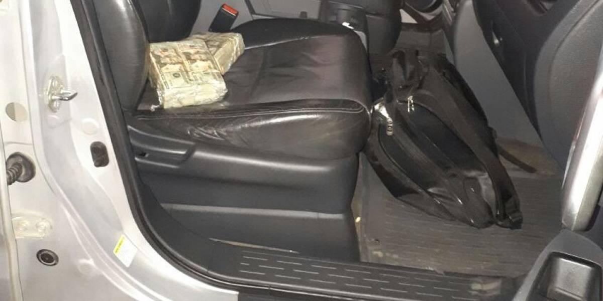Hallan paquetes con dólares dentro de vehículo en interior de centro comercial en zona 11