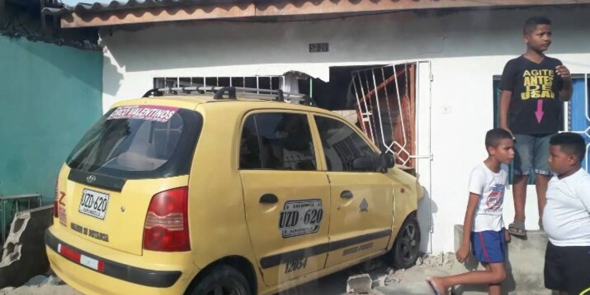 Taxi fuera de control se estrelló contra la fachada de una casa en Barranquilla