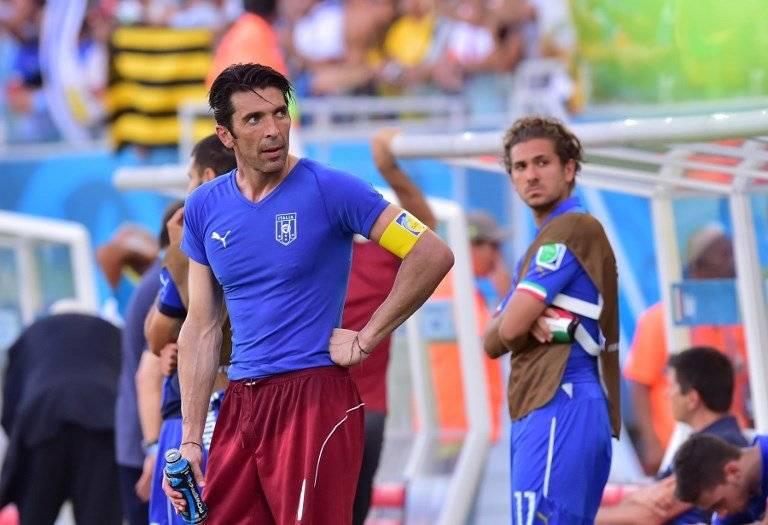 El lesionado Buffon lamentando la eliminación de Italia en fase de grupos en Brasil 2014 tras caer 1-0 ante Uruguay / Foto: AFP
