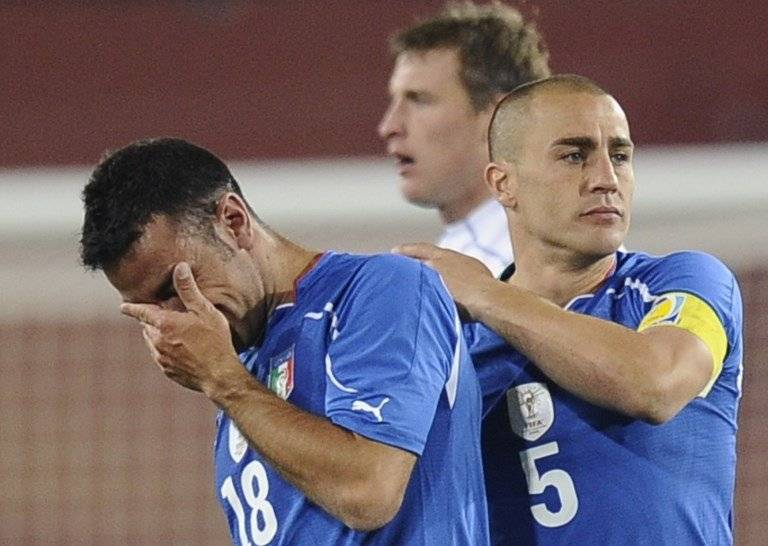 Quagliarella y Cannavaro lamentando la eliminación en la fase de grupos de Sudáfrica 2010 tras caer 3-2 ante Eslovaquia / Foto: AFP