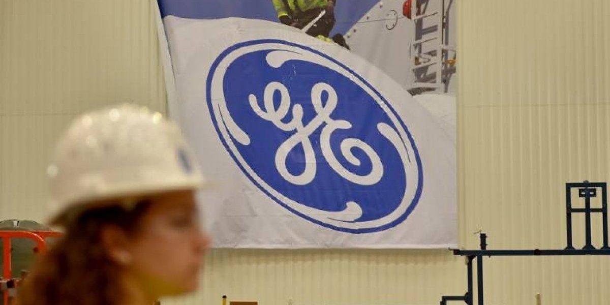 """General Electric anuncia que """"suprimirá"""" miles de empleos por dificultades económicas."""