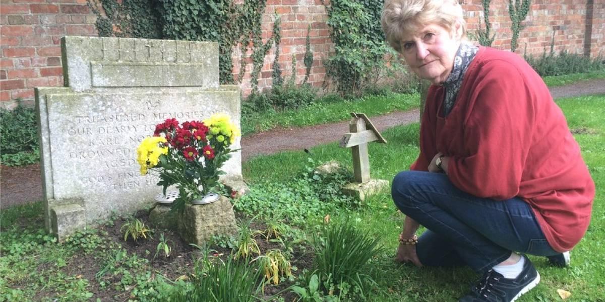 Cómo una mujer descubrió quién era el extraño que iba a visitar la tumba de su hermano desde hacía 70 años