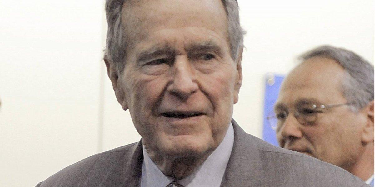 6 mujeres señalan al ex presidente Bush padre de acoso sexual