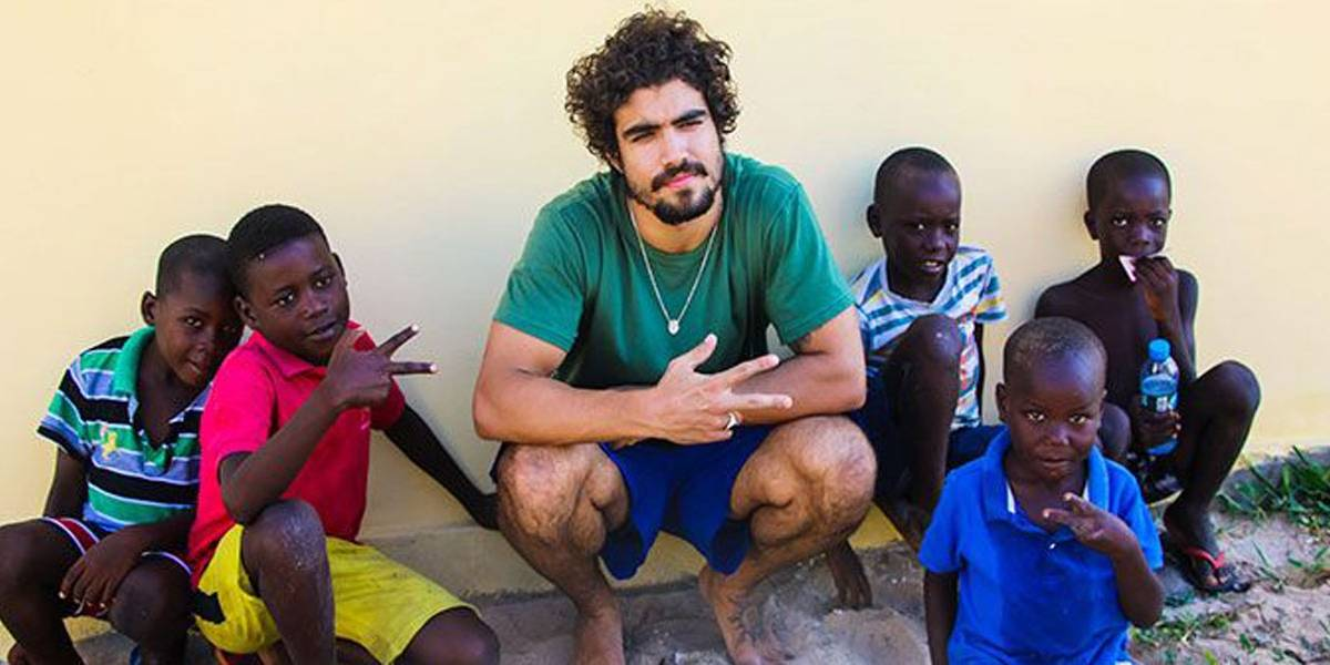 Caio Castro participa de ação social na Angola