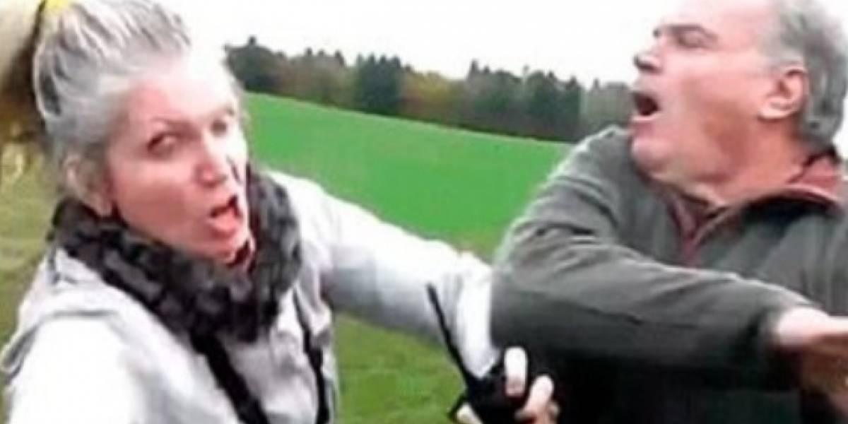 Video: Hombre agrede a mujer que le hace un reclamo por estar maltratando un animal