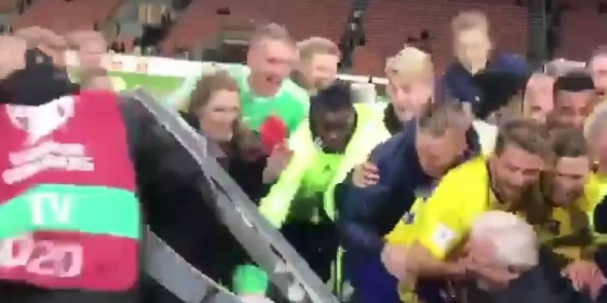 Jogadores da Suécia quebram bancada de TV durante festa pela classificação à Copa
