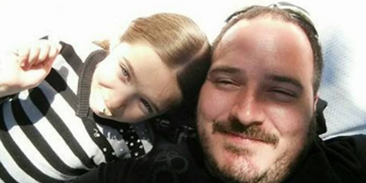 Pai solteiro cria escola de penteados e dá dicas de cuidados para arrumar as filhas