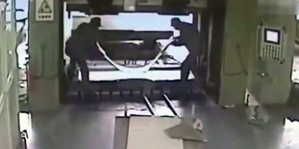 FUERTE VIDEO. Trabajador se distrae y mata a su compañero con una prensa hidráulica