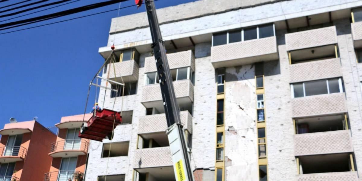 Con grúa, vecinos de Xola 32 rescatan sus pertenencias