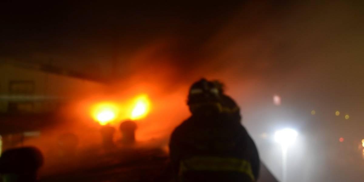 Incendio consume locales en centro comercial de la zona 12
