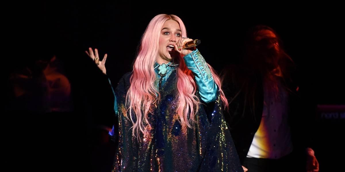 Ao retomar carreira, Kesha emociona com performance no EMAs 2017