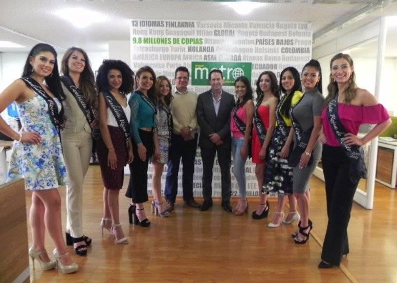 Candidatas a Reina de Quito junto Hernán Cueva, gerente de Metro Ecuador y Christian Llerena, editor del medio