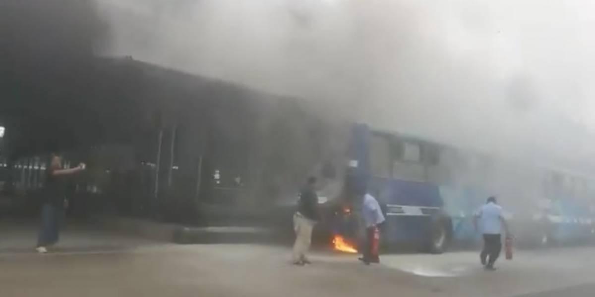 Unidad de Metrovía se incendia en Guayaquil