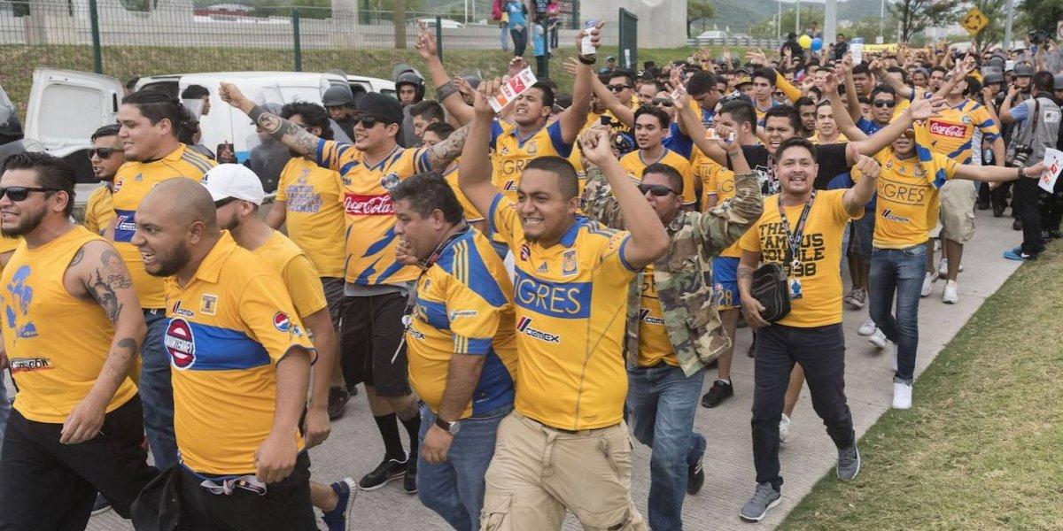¡Se retracta! Rayados sí dejará entrar a aficionados con la playera de Tigres
