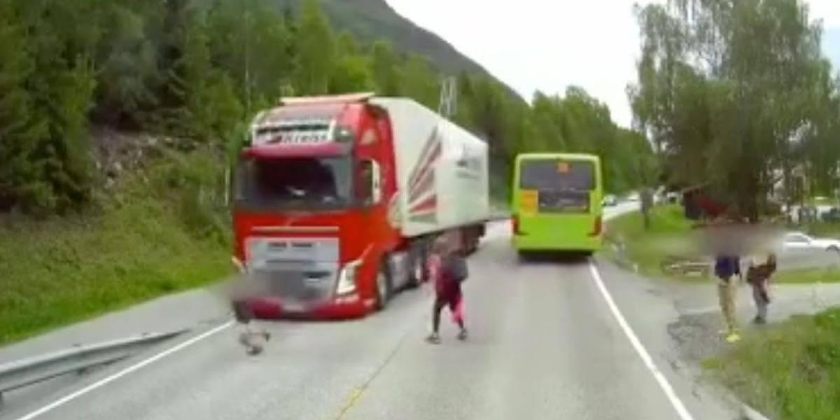 Câmera de estrada flagra momento em que garoto escapa de atropelamento