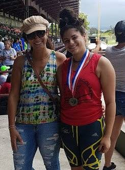 """Faviola –junto a su madre en la foto– es la campeona de Pértiga del Departamento de Educación, demostrando que su condición de diabetes tipo 1 no la limita. """"La diabetes tipo 1 no es un límite ni un impedimento para alcanzar las metas y realizarse en la v"""