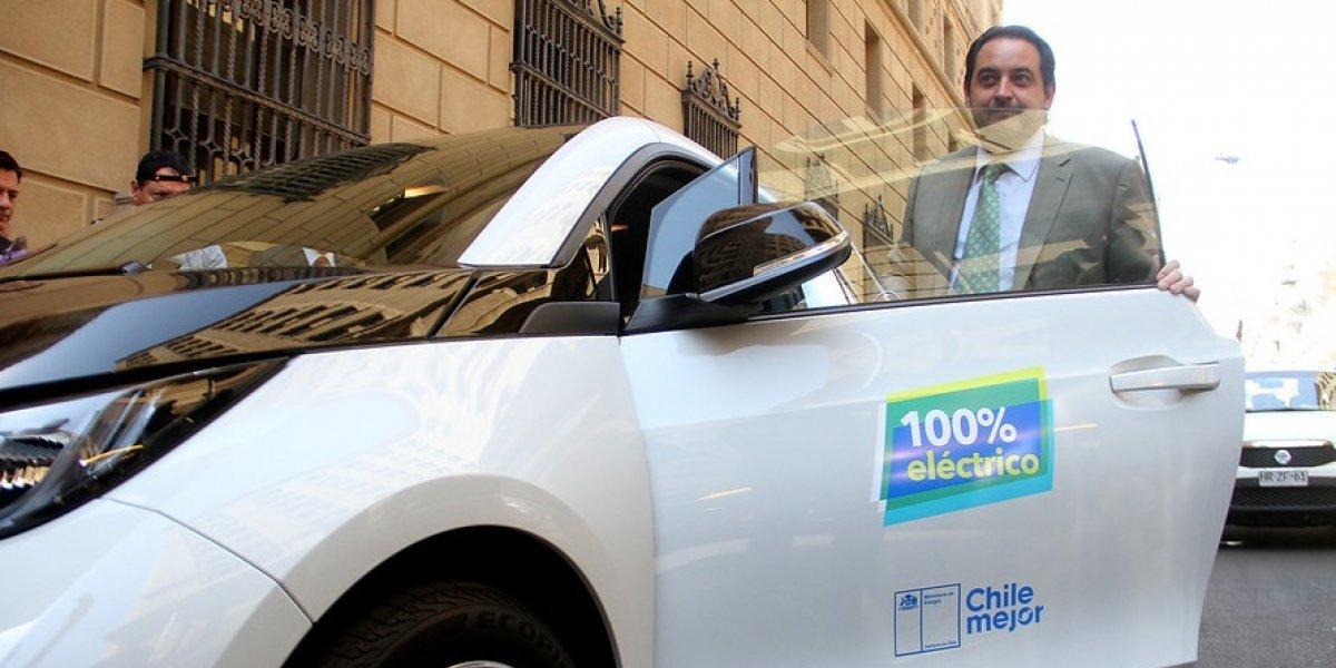 Ministro de Energía recibió auto eléctrico de lujo: cuesta $38 millones pero la gracia es que gasta poco