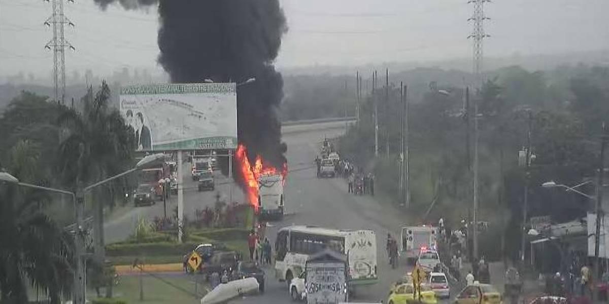 Un bus se incendió en la vía Machala-Santa Rosa