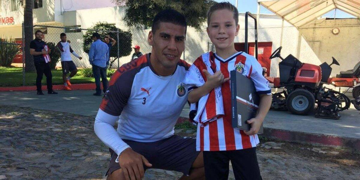 VIDEO: Salcido encuentra a niño aficionado de Chivas y lo invita al entrenamiento