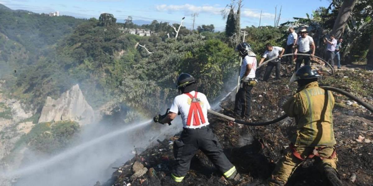 Socorristas sofocan incendio en Cementerio General