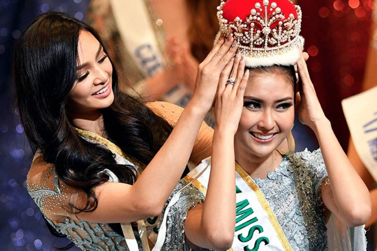 La filipina Kylie Verzosa corona a su sucesora. EFE