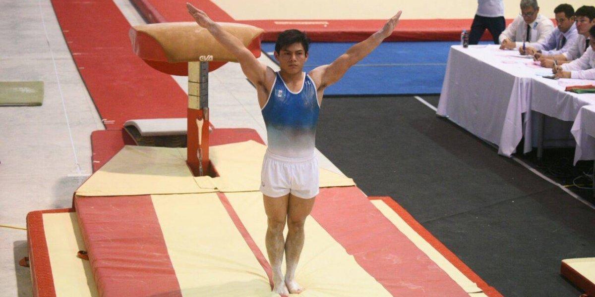 FOTO. El atleta Jorge Vega se hace un tatuaje mostrando su orgullo guatemalteco