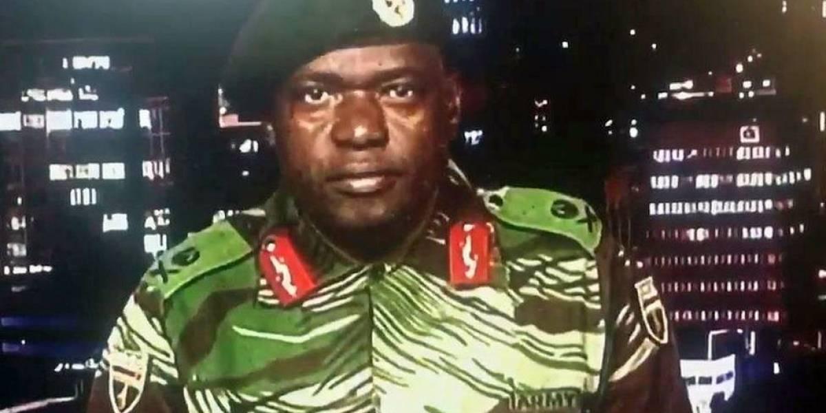 """El ejército toma el control en Zimbabue y pone """"bajo arresto domiciliario"""" a Robert Mugabe, el presidente más viejo del mundo"""