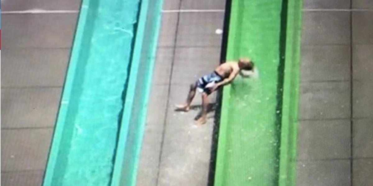 Terrible golpe que sufrió niño en un tobogán de agua