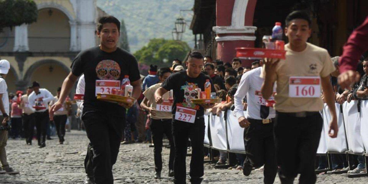 Meseros y bartenders se dan cita en Antigua para participar en la Carrera de Charolas