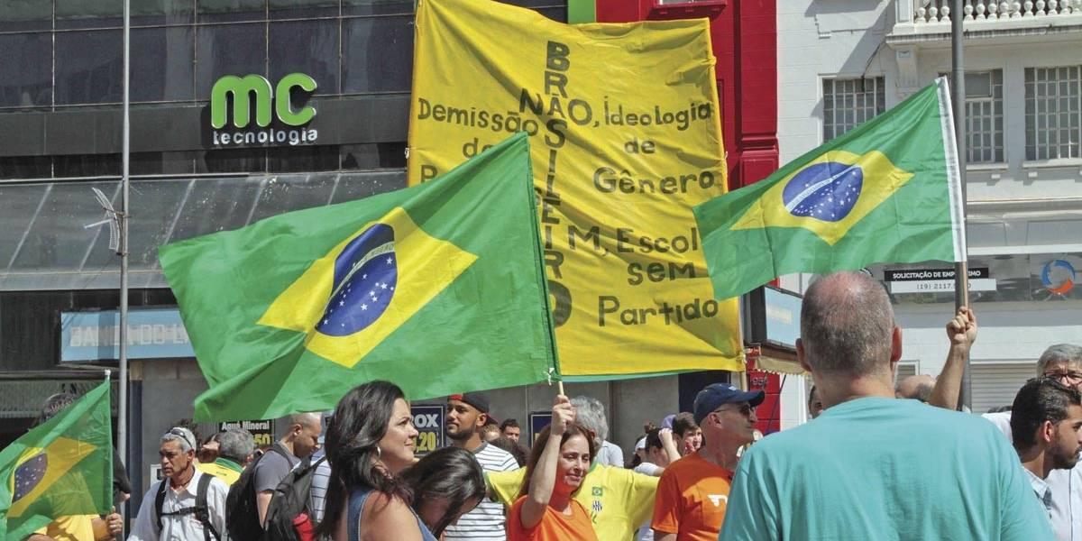 Grupo protesta em Campinas contra ideologia de gênero