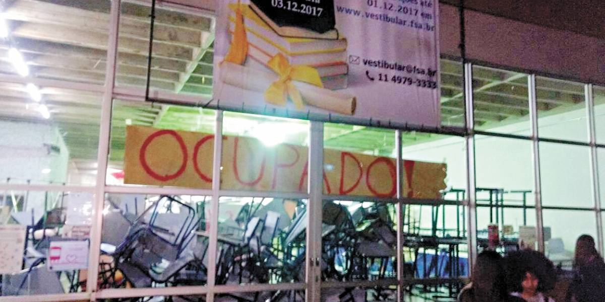 Aumento na mensalidade gera protestos na Fundação Santo André