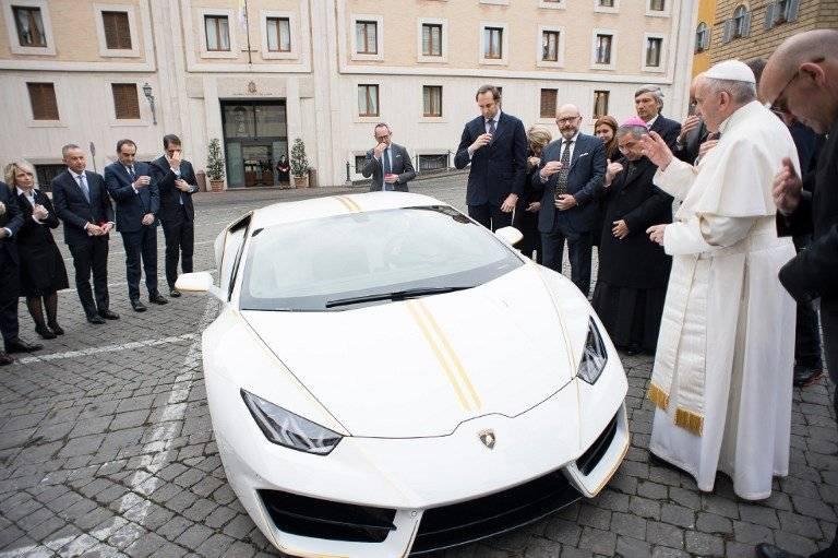 El papa Francisco bendice un Lamborghini