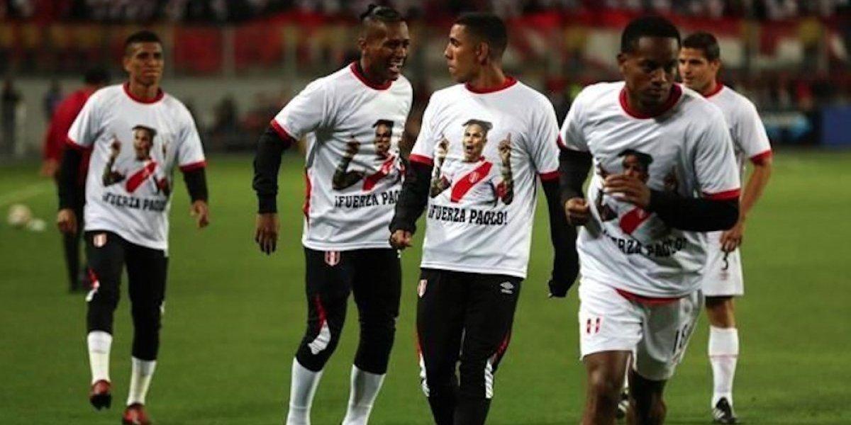 Jugadores de Perú calentaron con camiseta en homenaje a Paolo Guerrero