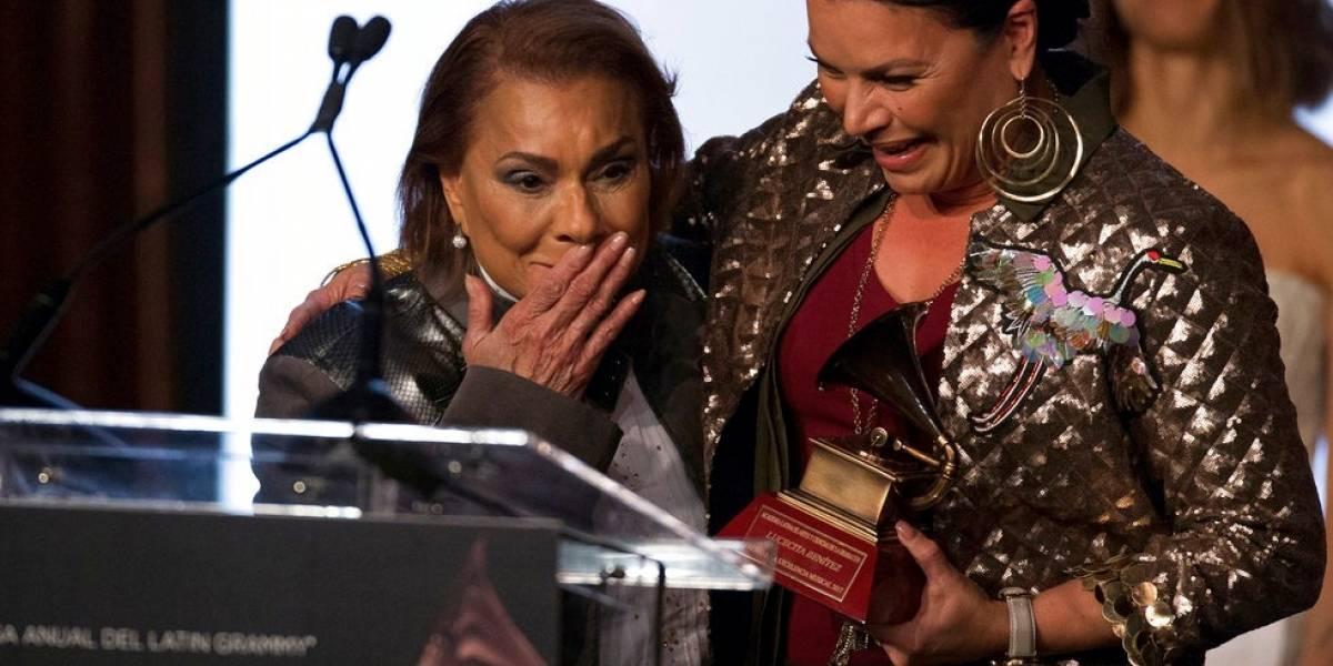 Lucecita recibe premio a la excelencia musical